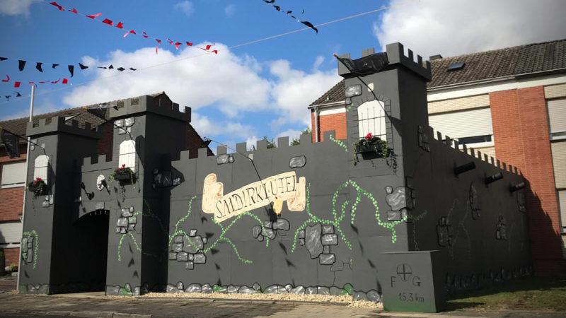 Schützen bauen Burg für den König (Foto: SAT.1 NRW)
