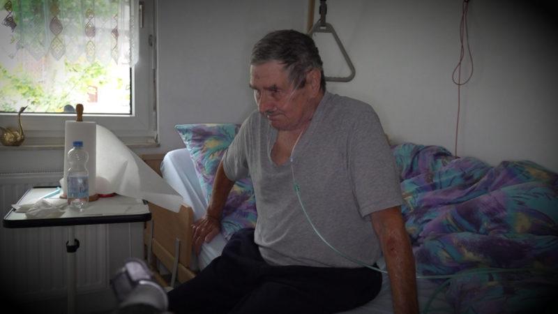 Pflegedienst verweigert Rentner seine Socken anzuziehen (Foto: SAT.1 NRW)