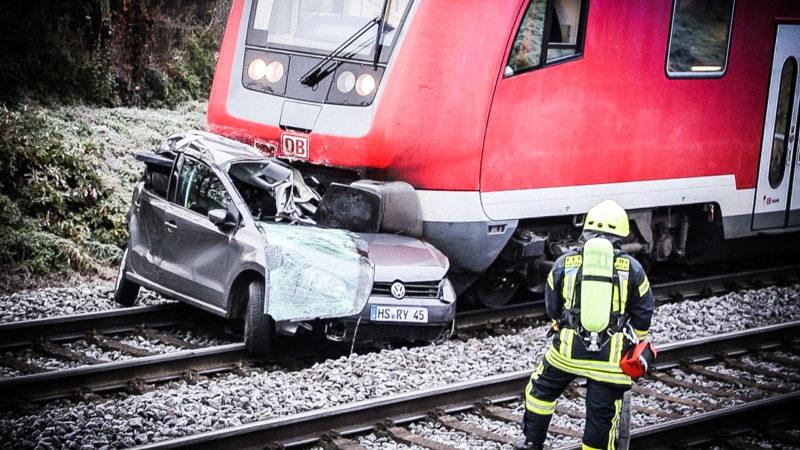 Zug prallt gegen Auto (Foto: SAT.1 NRW)