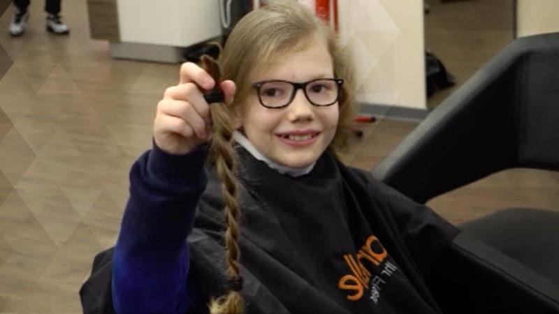 Junge spendet Haare für krebskrankes Kind (Foto: SAT.1 NRW)
