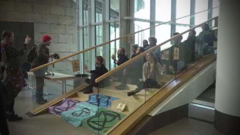 Demonstranten kleben im Landtag (Foto: SAT.1 NRW)