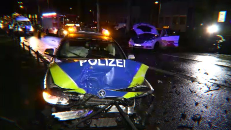 Taxi kollidiert mit Polizei (Foto: SAT.1 NRW)