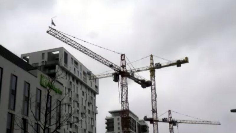 Kran reißt Löcher in Häuserfassade (Foto: SAT.1 NRW)