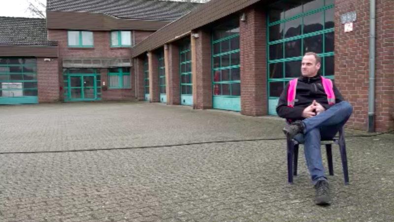 Deutschlands einsamster Demonstrant (Foto: SAT.1 NRW)