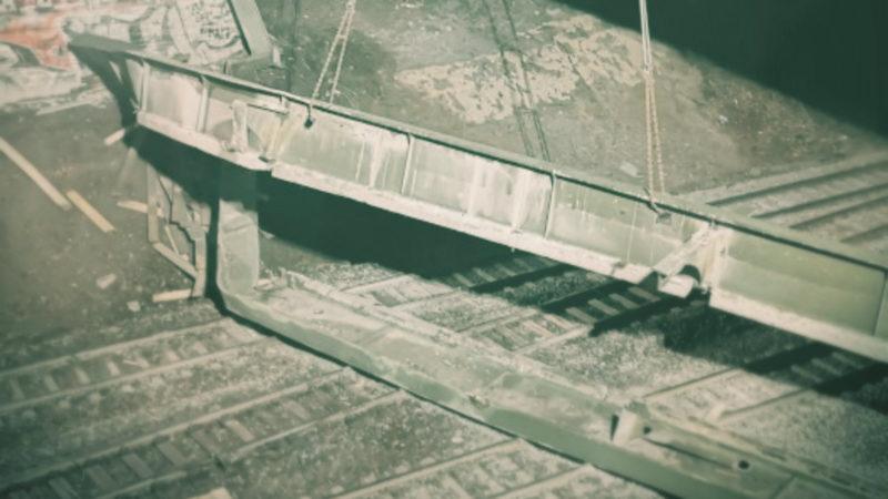 Stahlträger stürzt auf Gleise (Foto: SAT.1 NRW)