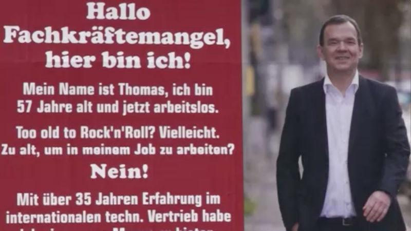 Arbeitsloser plakatiert sich selbst (Foto: SAT.1 NRW)