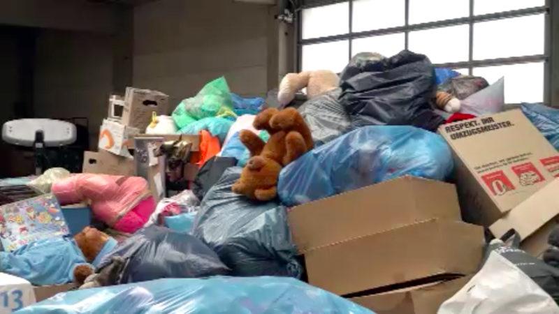 """Müll-""""Spenden"""" für Friedensdorf (Foto: SAT.1 NRW)"""