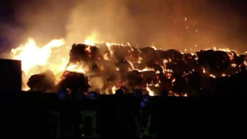 Strohballen in Flammen (Foto: SAT.1 NRW)