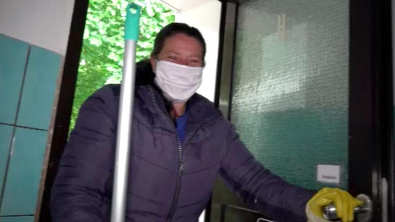 Pflegerin reinigt ehrenamtlich Toiletten (Foto: SAT.1 NRW)