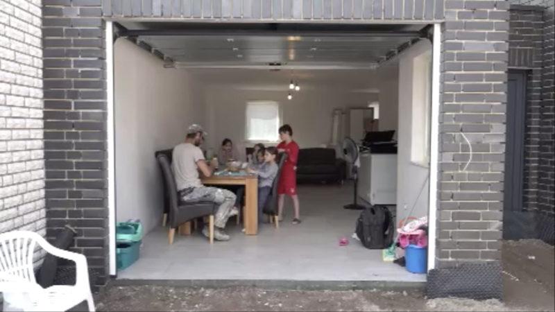 Familie wohnt in Garage (Foto: SAT.1 NRW)