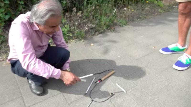 Radfahrer zerstört Blindenstock (Foto: SAT.1 NRW)