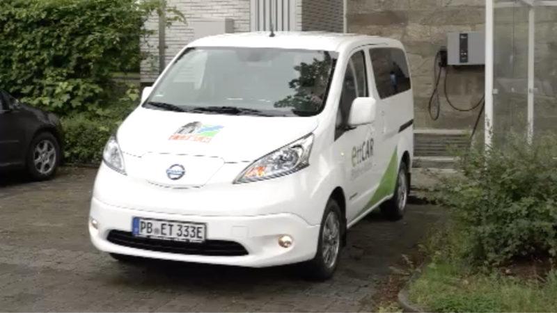 """Kostenloses E-Auto """"Edgar"""" im Dorf Etteln (Foto: SAT.1 NRW)"""