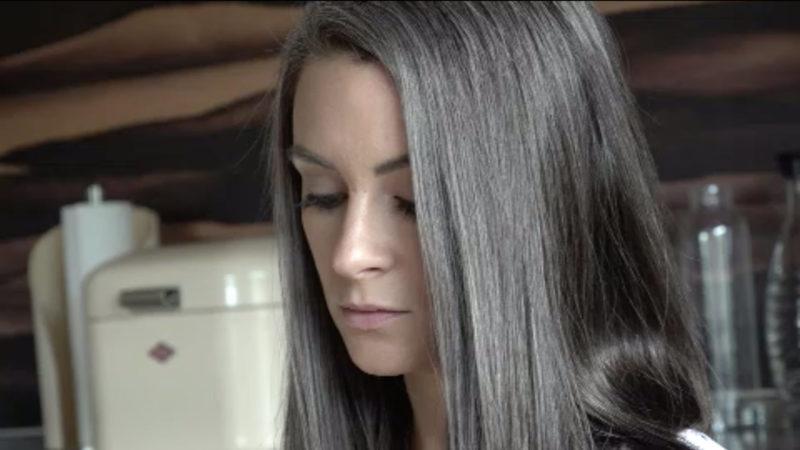 Mit 36 Jahren graue Haare und stolz drauf (Foto: SAT.1 NRW)