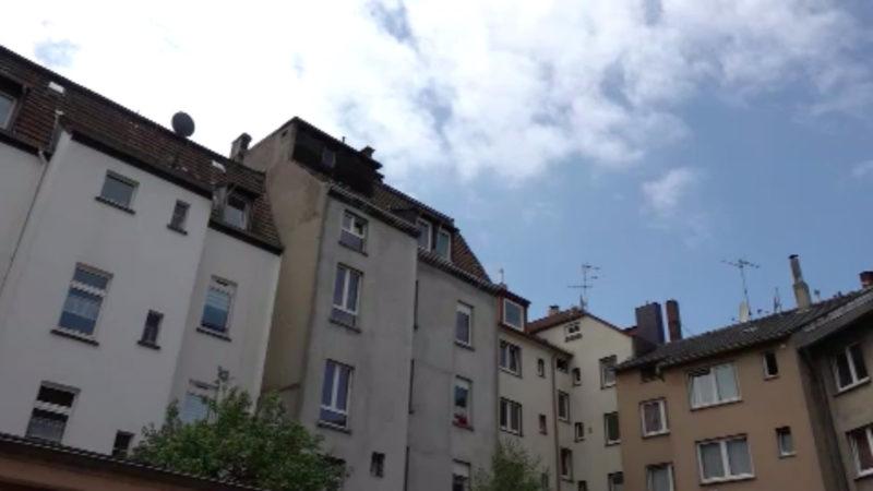 Feuerwehr rettet Kind von Dach (Foto: SAT.1 NRW)