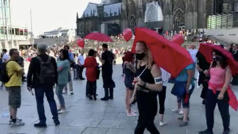 Prostituierte demonstrieren gegen Arbeitsverbot (Foto: SAT.1 NRW)
