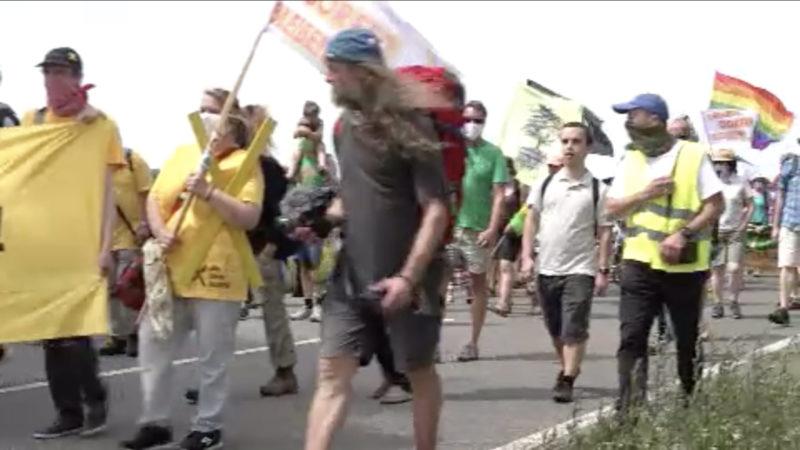 Dorfbewohner demonstrieren gegen Abriss von Landstraße (Foto: SAT.1 NRW)