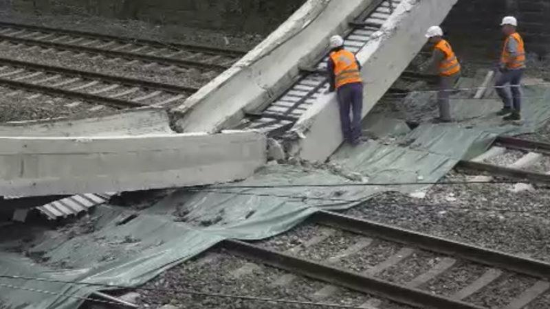 Brücke stürzt auf Gleise (Foto: SAT.1 NRW)