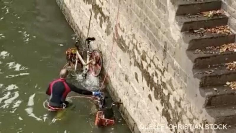 Aufräum-Trupp fischt Müll aus dem Rhein (Foto: SAT.1 NRW)