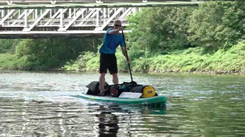 Stand Up-Paddler reinigt Rhein (Foto: SAT.1 NRW)