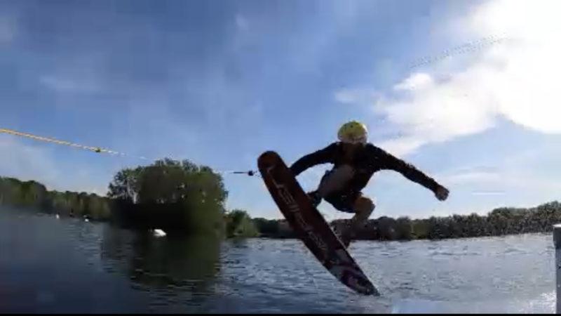 Wakeboarder macht alle nass (Foto: SAT.1 NRW)
