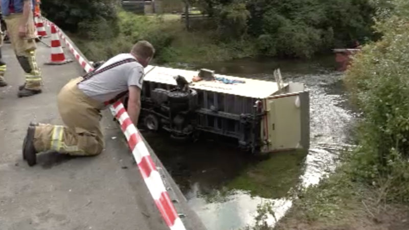 LKW stürzt von Brücke (Foto: SAT.1 NRW)