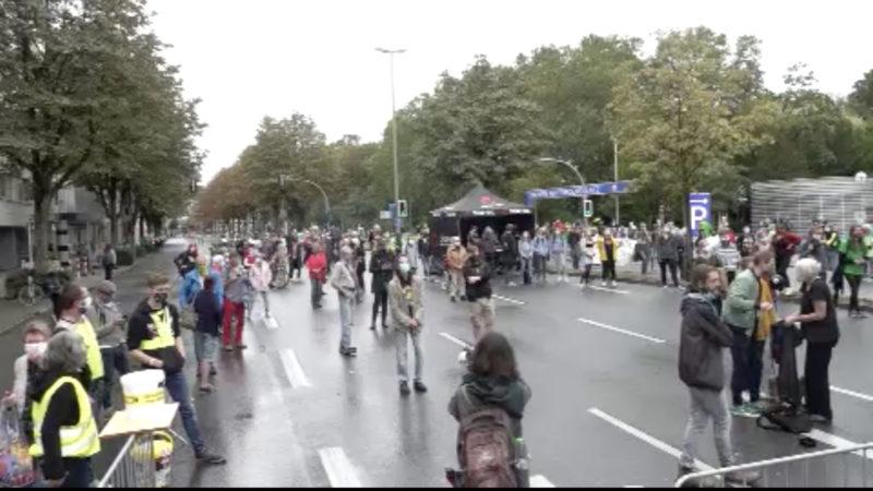 """""""Fridays for Future""""-Demo im Regen (Foto: SAT.1 NRW)"""