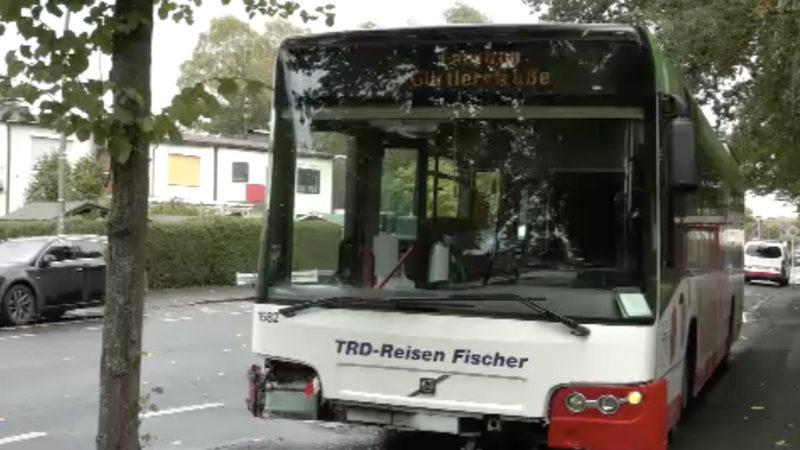 Bus rast durch Zaun (Foto: SAT.1 NRW)