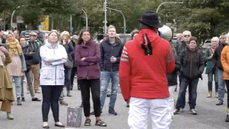 Corona-Kritiker auf der Straße (Foto: SAT.1 NRW)