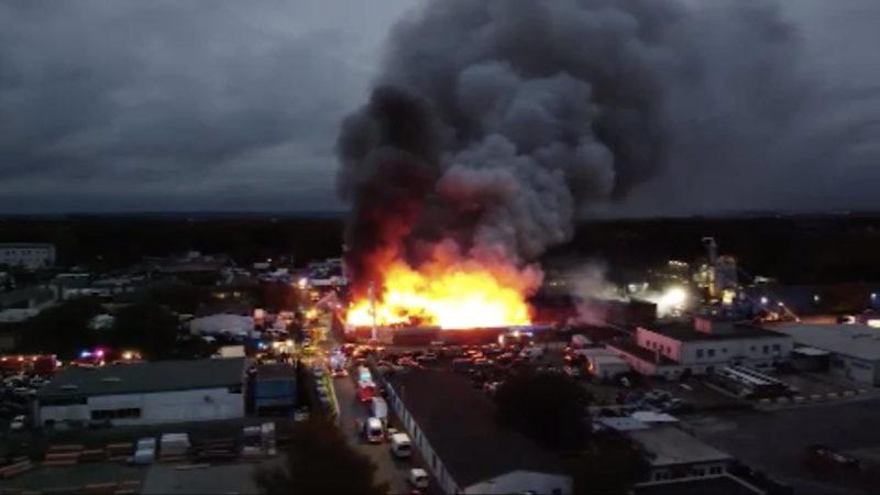 Ursache für Schrottplatz-Brand in Bochum bekannt (Foto: SAT.1 NRW)