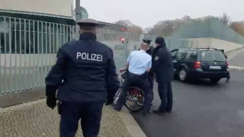 Auto fährt in Kanzleramt (Foto: SAT.1 NRW)