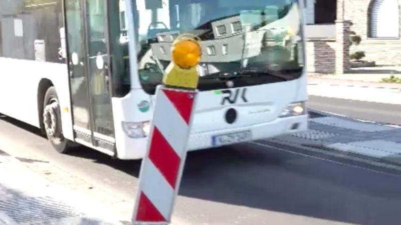 Bushaltestelle blockiert Einfahrt (Foto: SAT.1 NRW)