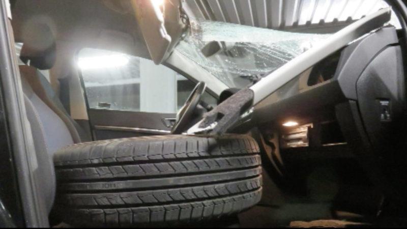 Reifen kracht durch Scheibe (Foto: SAT.1 NRW)