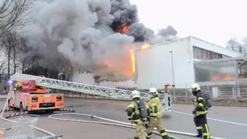 Lagerhalle brennt (Foto: SAT.1 NRW)