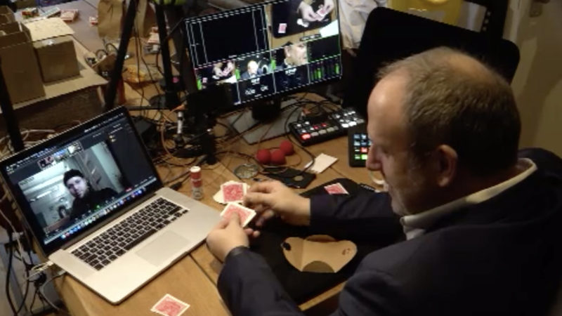 Zaubern im Livestream (Foto: SAT.1 NRW)