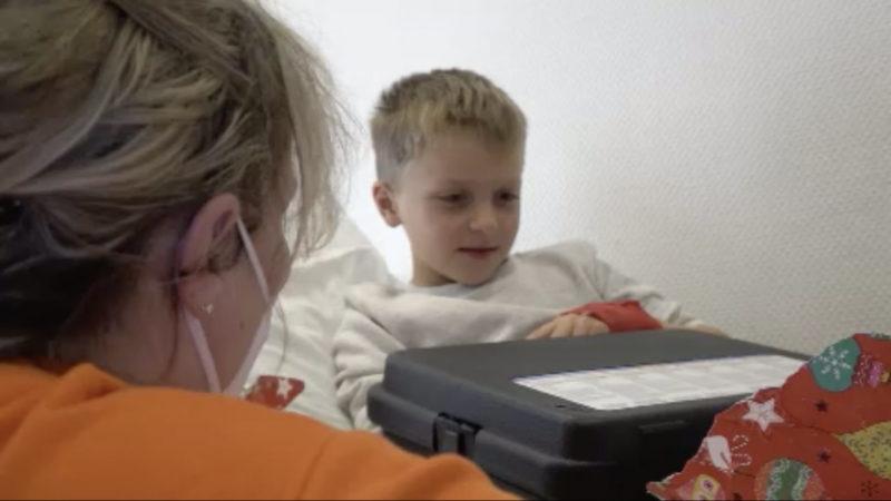 Weihnachtsengel beschenkt kranke Kinder (Foto: SAT.1 NRW)