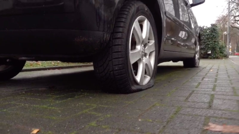 Gewaltorgie gegen Autos (Foto: SAT.1 NRW)