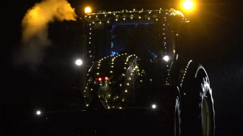 Landwirte fahren mit geschmückten Traktoren durch NRW (Foto: SAT.1 NRW)
