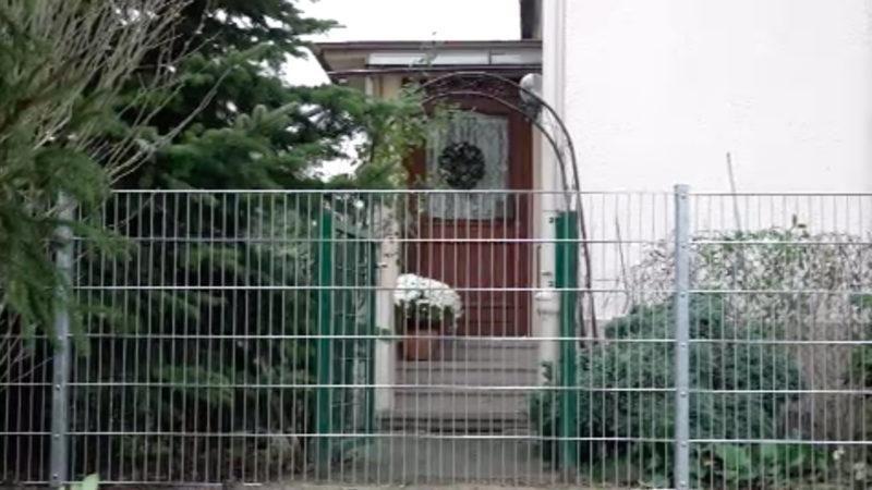 Stadt baut Zaun vor Tür (Foto: SAT.1 NRW)