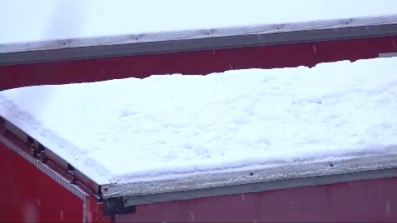 Gefährliche Eisplatten auf LKWs (Foto: SAT.1 NRW)
