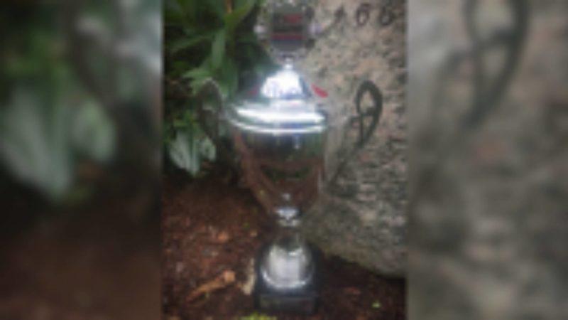 Pokal von Grab geklaut (Foto: SAT.1 NRW)