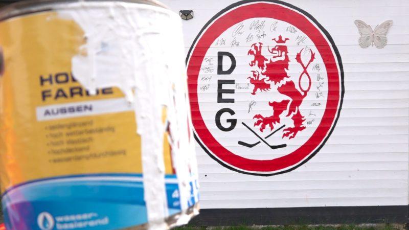 DEG-Mannschaft unterschreibt Fan-Wand (Foto: SAT.1 NRW)