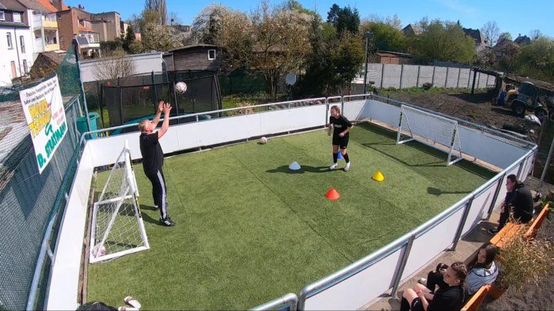 Vater baut Tochter eigenen Fußballplatz (Foto: SAT.1 NRW)