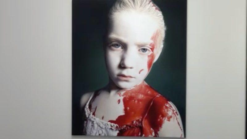 Kunstaustellung über Gewalt gegen Kinder (Foto: SAT.1 NRW)