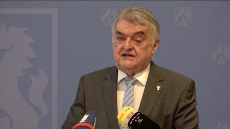 NRW-Innenminister Reul will Antisemitismus verfolgen (Foto: SAT.1 NRW)
