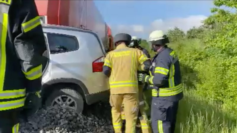 Zug mit Auto kollidiert (Foto: SAT.1 NRW)