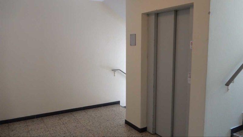 Ohne Aufzug im Mehrfamilienhaus gefangen (Foto: SAT.1 NRW)
