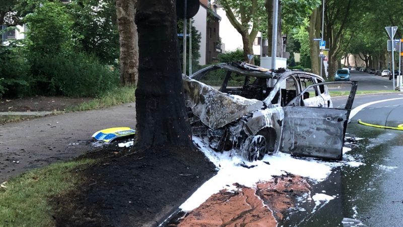 Helfer retten Polizisten aus brennendem Wagen (Foto: SAT.1 NRW)
