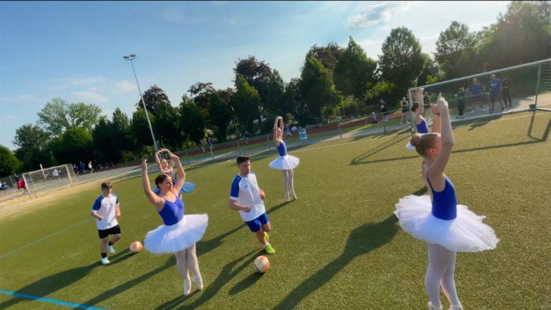 Ballerinas und Fußballer trainieren zusammen (Foto: SAT.1 NRW)