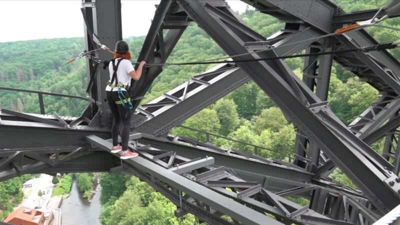 Eisenbahnbrücke wird zum Kletterparadies (Foto: SAT.1 NRW)