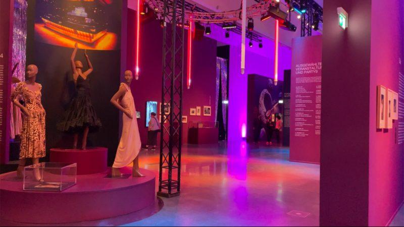 Ausstellung mit Discofeeling (Foto: SAT.1 NRW)
